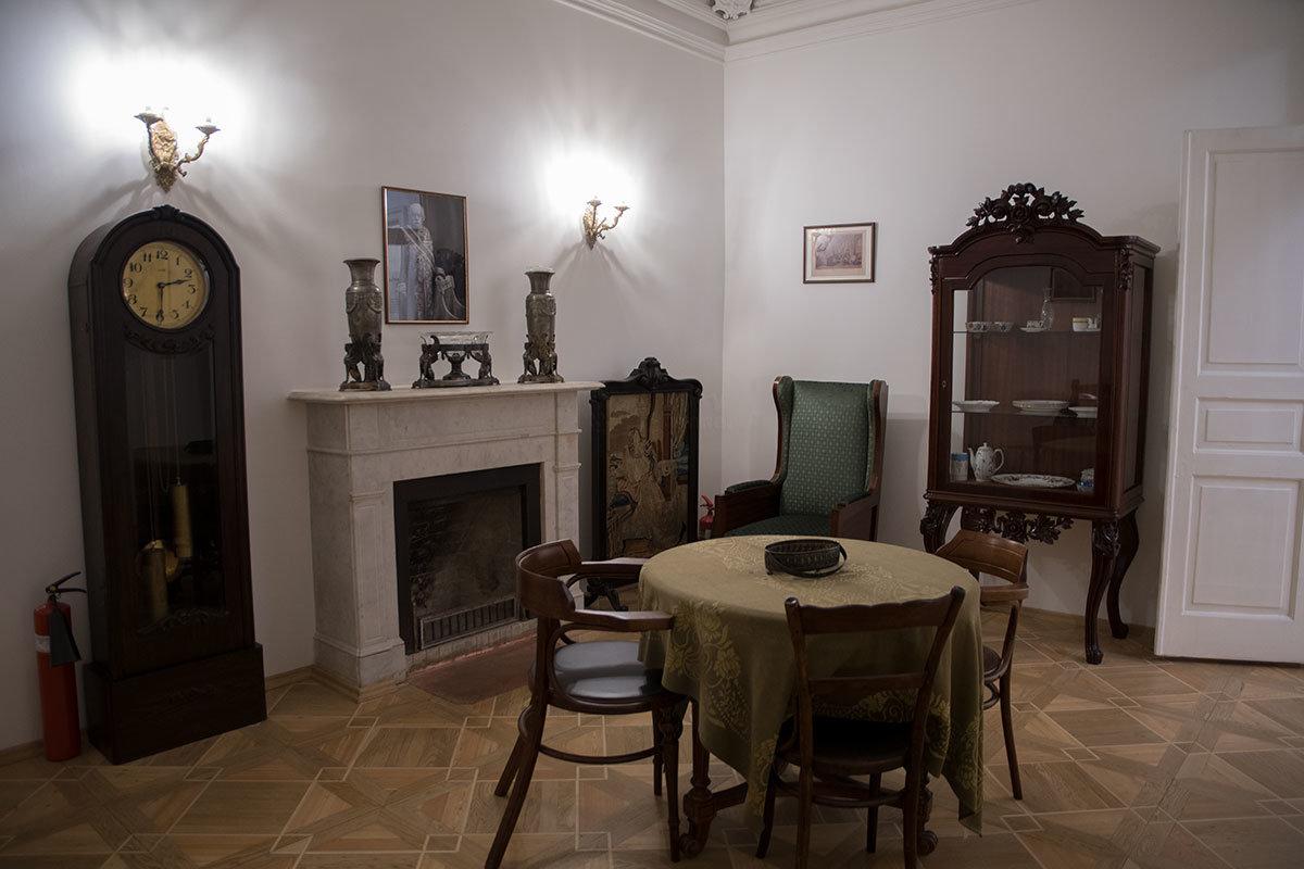 Музей Цветаевой сохраняет память о том, какие предметы меблировки поэтесса особенно любила при жизни в этой квартире.