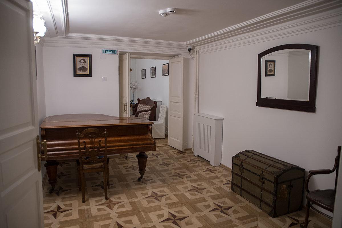 Музыкальную гостиную музей Цветаевой обеспечил приобретенным роялем, который заменил подлинный, отданный в обмен на мешок картошки.
