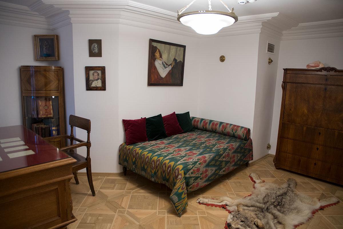 Рабочий кабинет. который музей Цветаевой особенно бережет. был для поэтессы и личным будуаром, и спальным помещением.