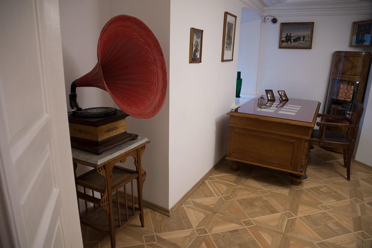 Огромный красный рупор патефона, помещенного сотрудниками музея Цветаевой в подходящую нишу. соседствовал в кабинете с православными иконами.