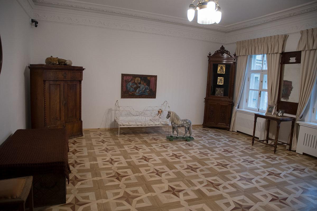 Музей Цветаевой сохранил в детской комнате старый огромный сундук, где спала няня, кроватку и деревянную лошадь дочери поэтессы.