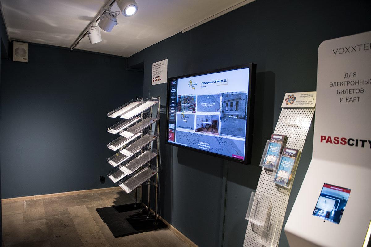 Музей Цветаевой при подготовке к юбилею поэтессы приобрел современное оформление вестибюля, терминал для электронных билетов.