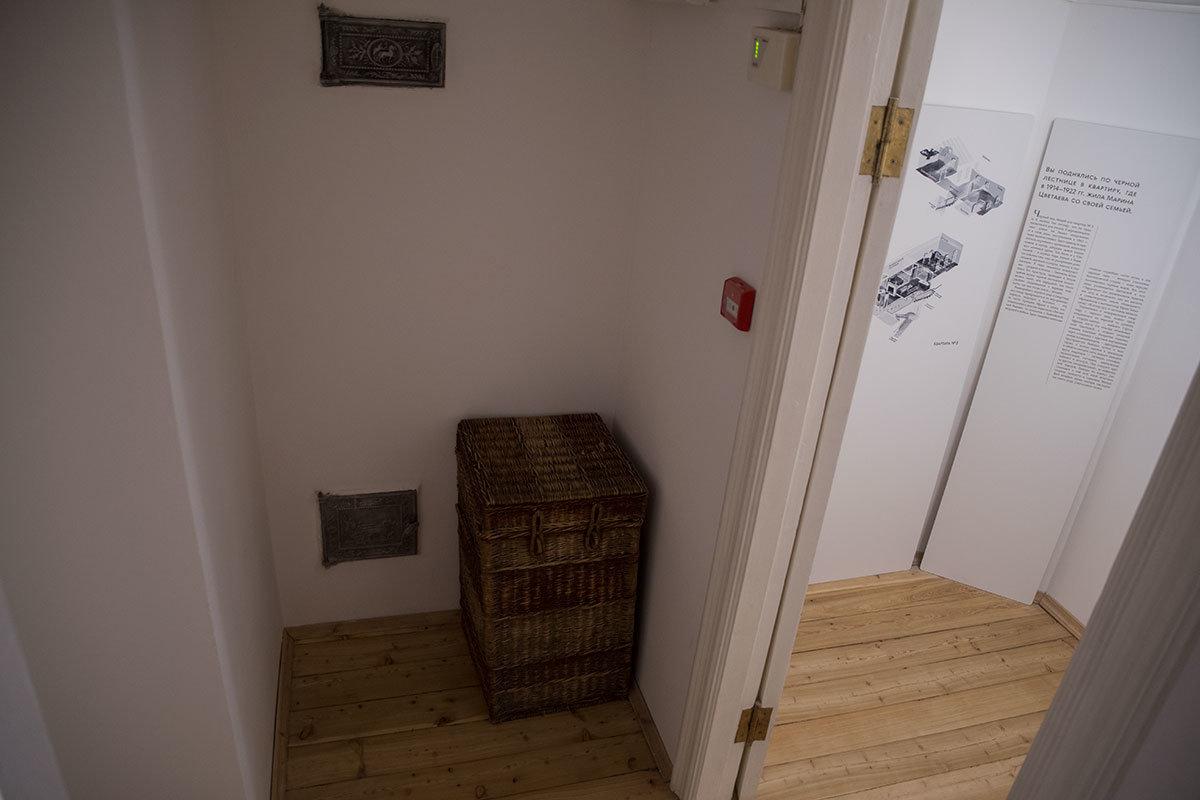 Странность и запутанность планировки здания видят посещающие музей Цветаевой при проходе в мезонин, в кабинет Сергея Эфрона.