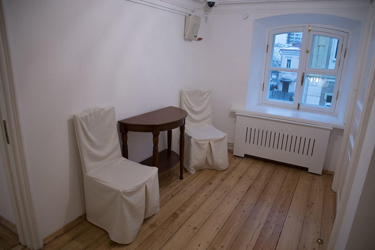 Сохранил музей Цветаевой даже проходную комнату, расположенную по пути, которая сдавалась временным жильцам для зарабатывания денег.