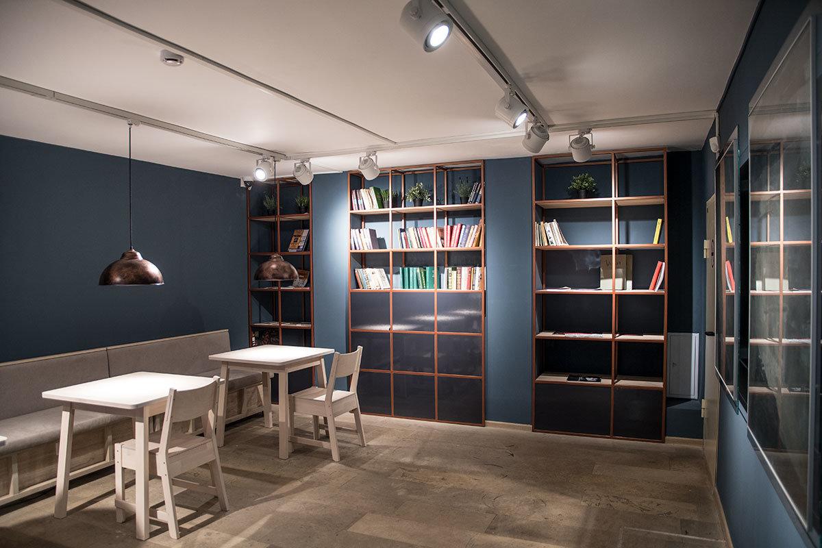 в уютном холле посетители музея Цветаевой могут почитать ее стихи и прозаические произведения, уютные столики к их услугам, как и книги на стеллажах.