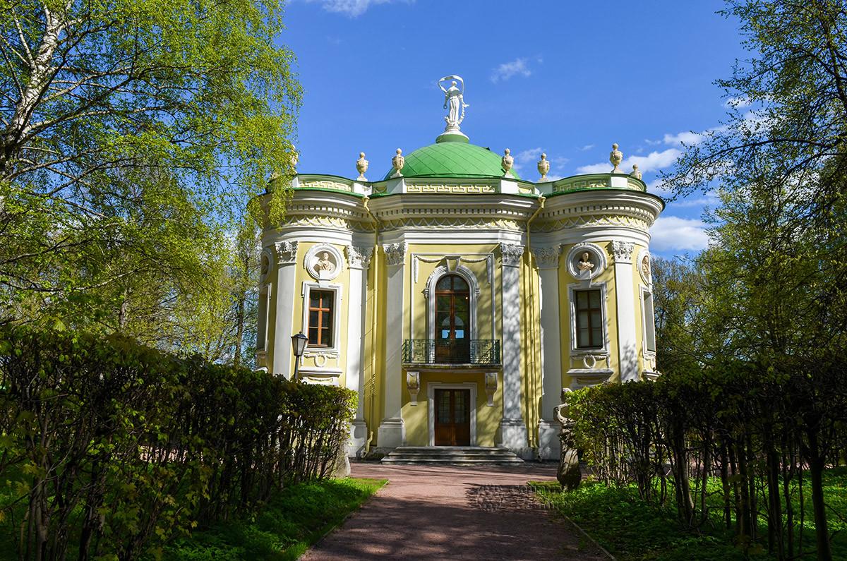 Общий вид павильона Эрмитаж в Кусково демонстрирует архитектурные особенности и оформление этого старинного здания.