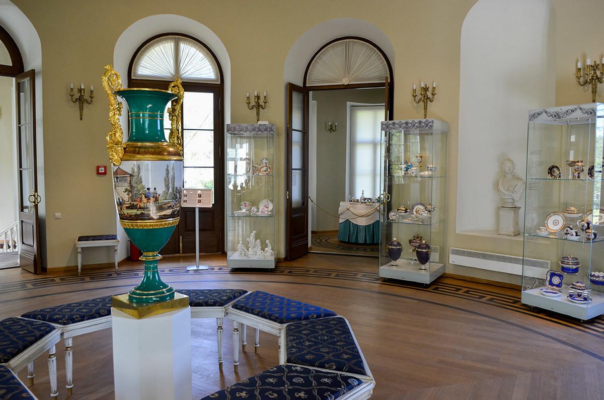 Выставочный зал павильона Эрмитаж в Кусково демонстрирует разнообразные тематические выставки, сейчас показывается фарфор.