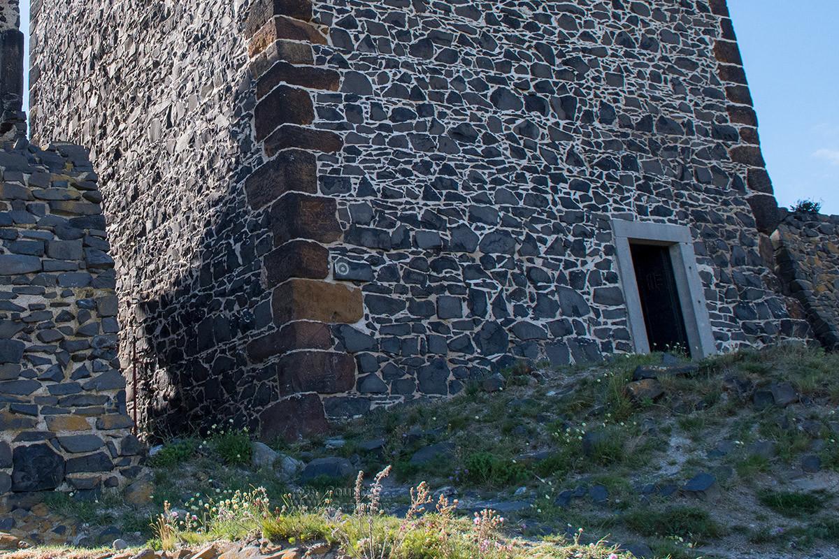 Строения замка Хазмбурк выполнены из двух видов камня – светлого песчаника и черного базальта, как основание Белой башни.