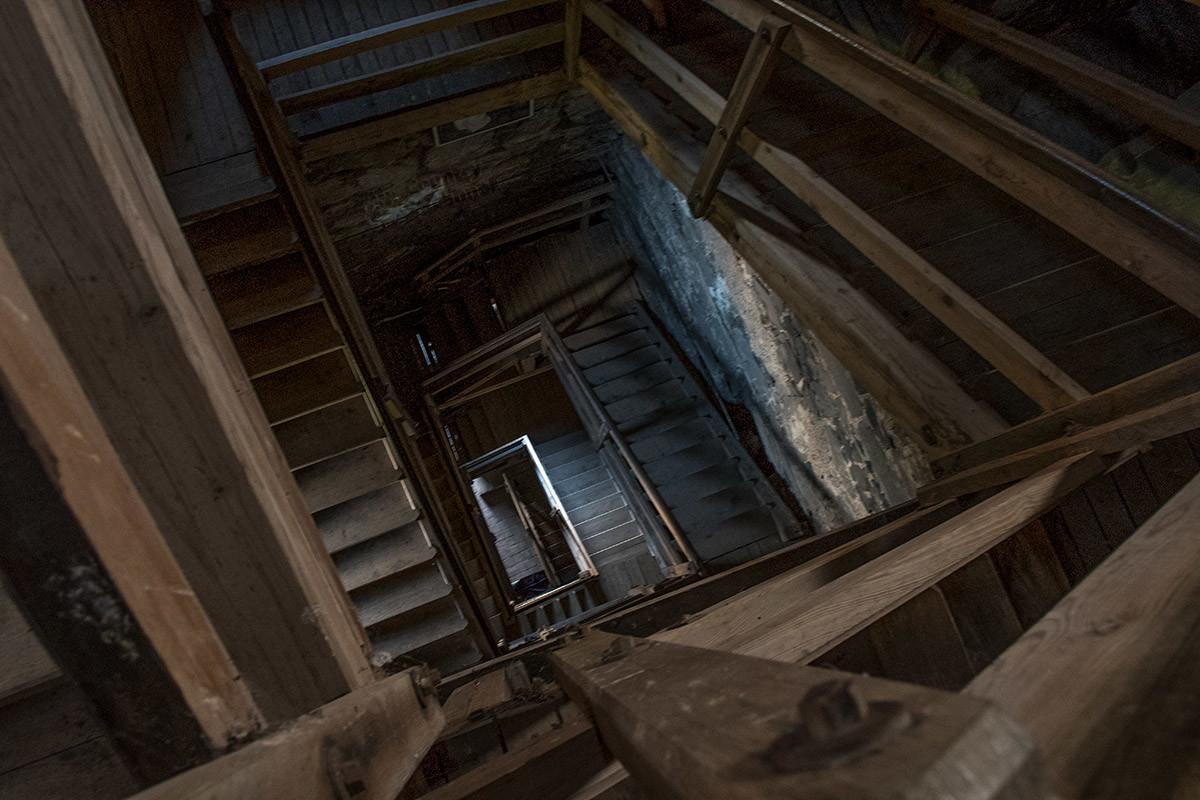 Многометровую высоту главной башни, которую замок Хазмбурк предлагает к внутреннему осмотру, надо преодолеть по лестнице.