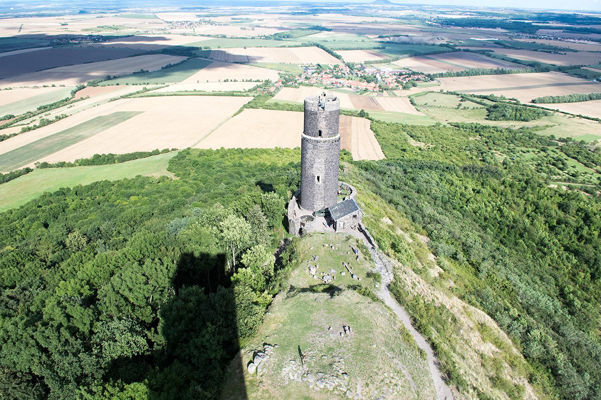 В восточной оконечности замок Хазмбурк демонстрирует еще одну башню, но уже без доступа внутрь сооружения.