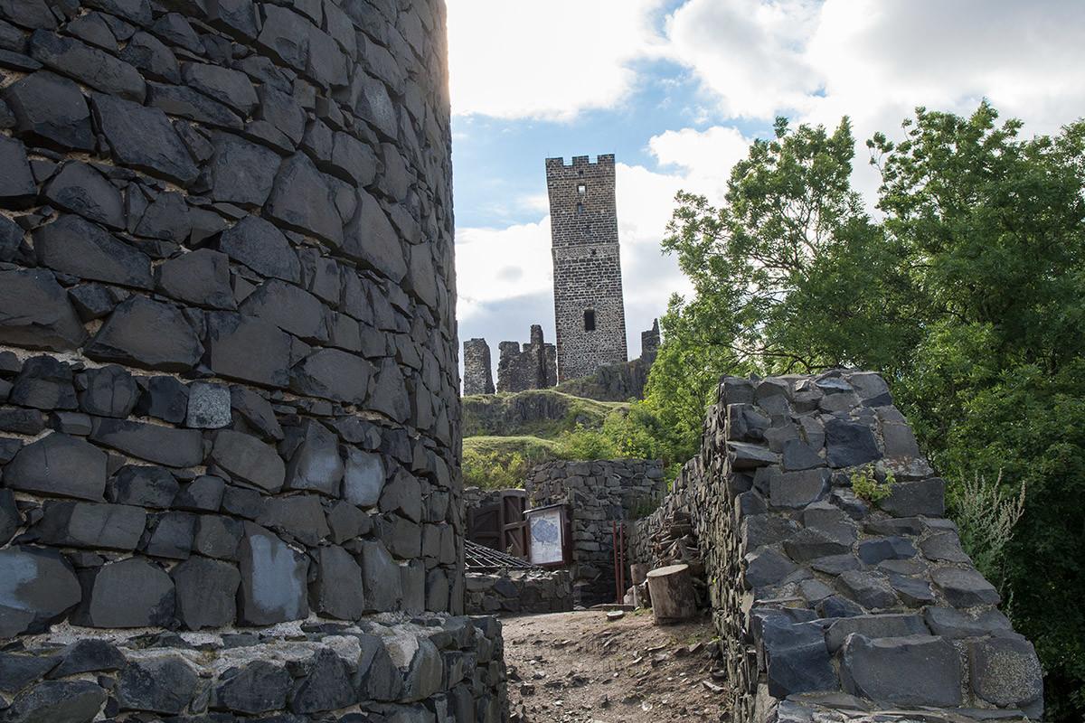 Кладка Черной башни замка Хазмбурк крупным планом