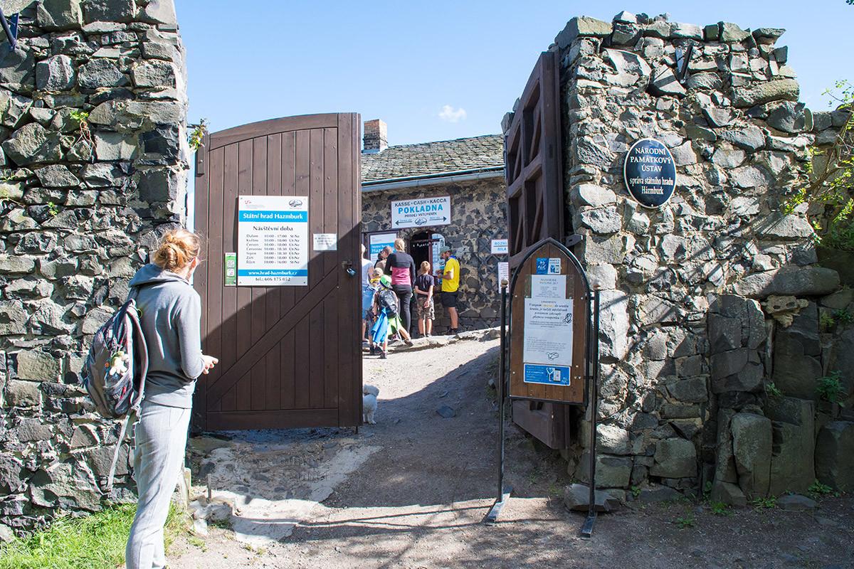 Сразу за входом в замок Хазмбурк посетителей встречают информационные материалы на стендах и воротах, а также неизбежная касса.