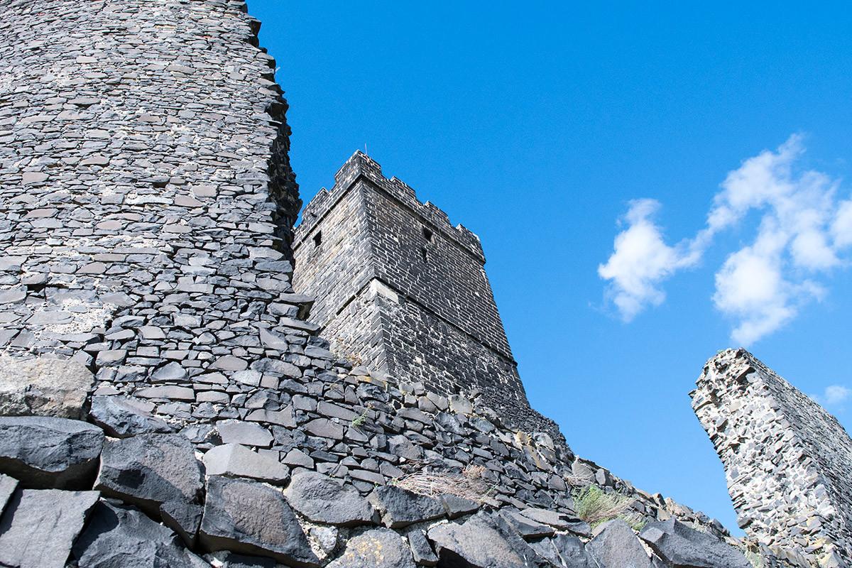 Вид на Белую башню замка Хазмбурк