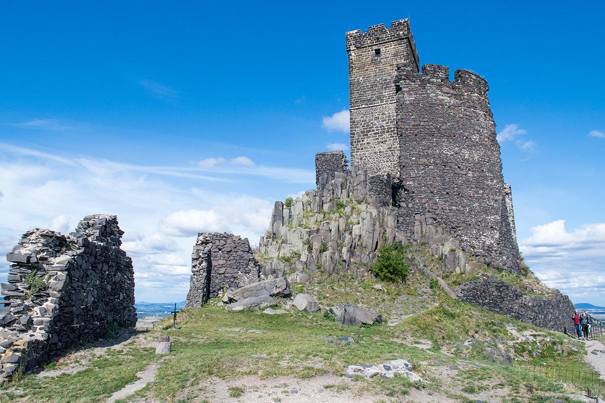Замок Хазмбурк в возвышенной западной части украшает квадратная в поперечнике Белая башня, выложенная из песчаника.