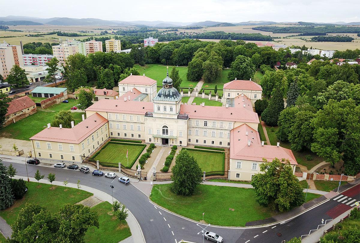 Замок Горжовице состоит из нескольких соединенных зданий, к комплексу прилегает старинный тенистый парк.