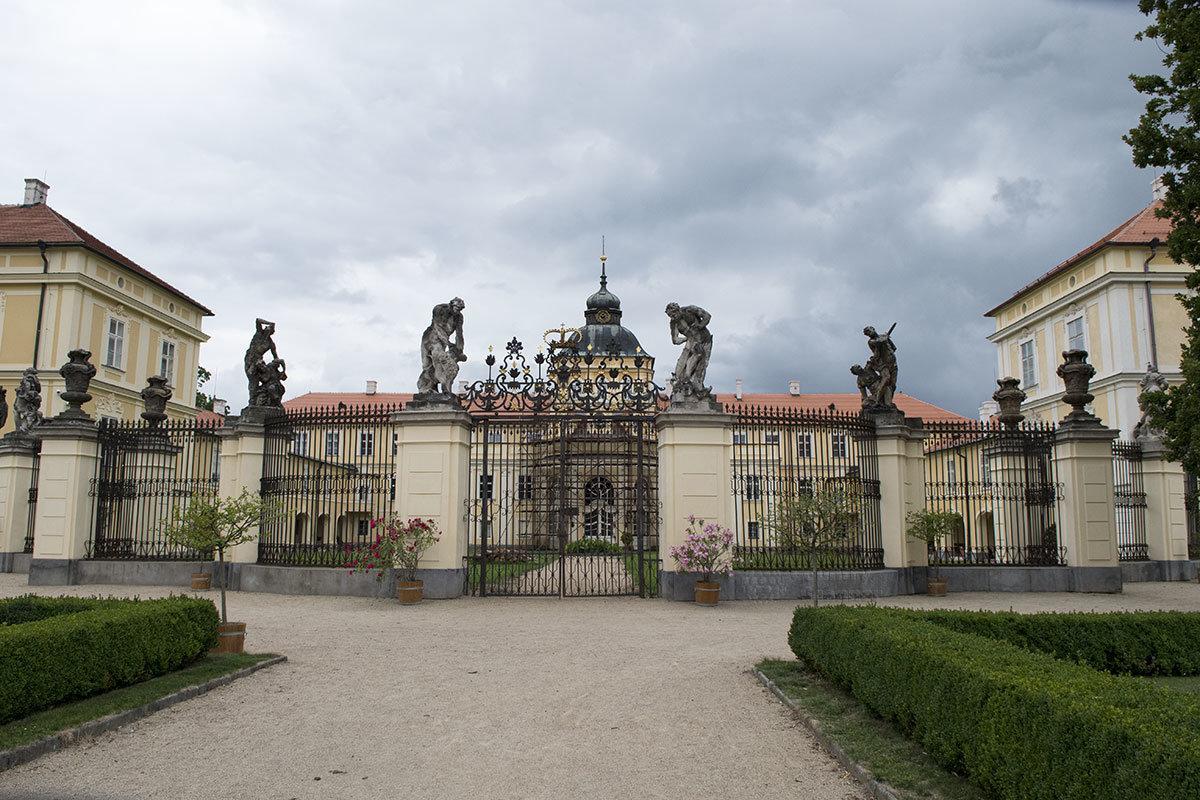 Один из входов в замок Горжовице огражден каменными столбами со скульптурами и вазами, между опорами – металлические решетки.