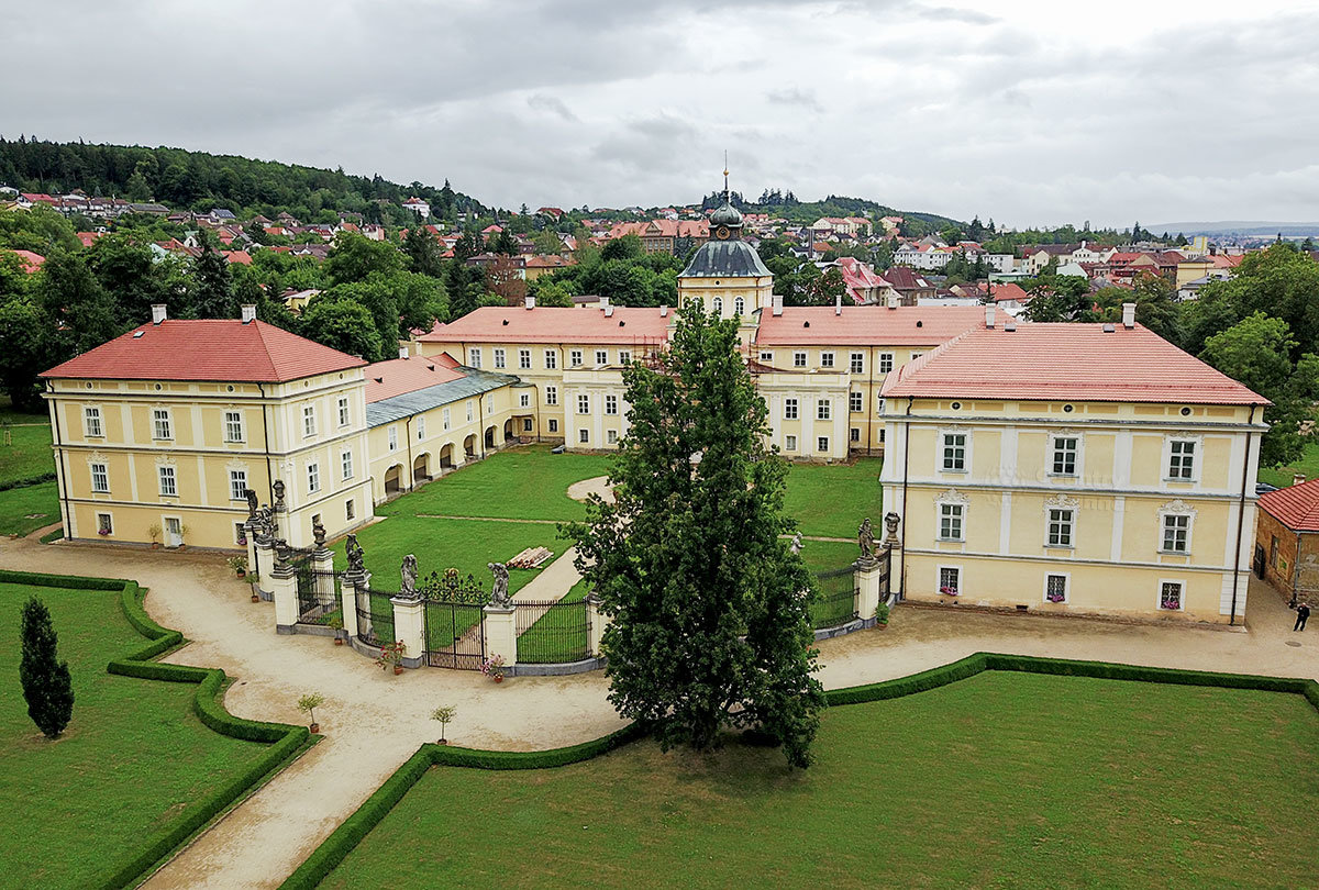 Вид с северной стороны на замок Горжовице демонстрирует внутренний двор и конфигурацию нескольких его корпусов.