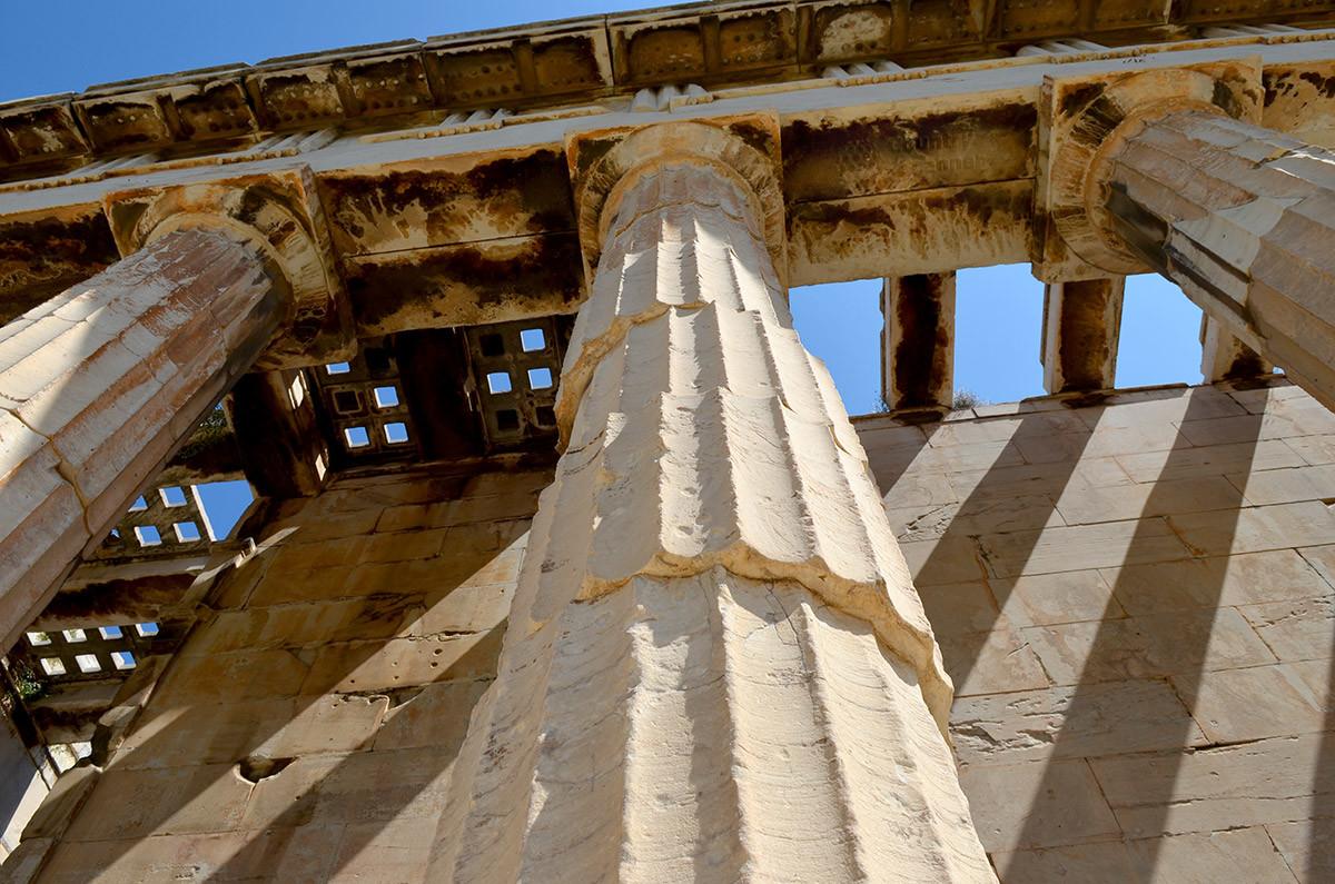 Видимые смещения отдельных дисков колонн храма Гефеста для здания не опасны, камни удерживаются закладными деталями.