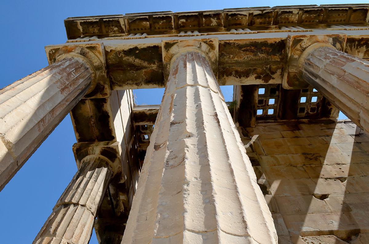 Восстановленная в 1978 году крыша храма Гефеста выполнена из сохранившихся плит перекрытия, найденных при раскопках.