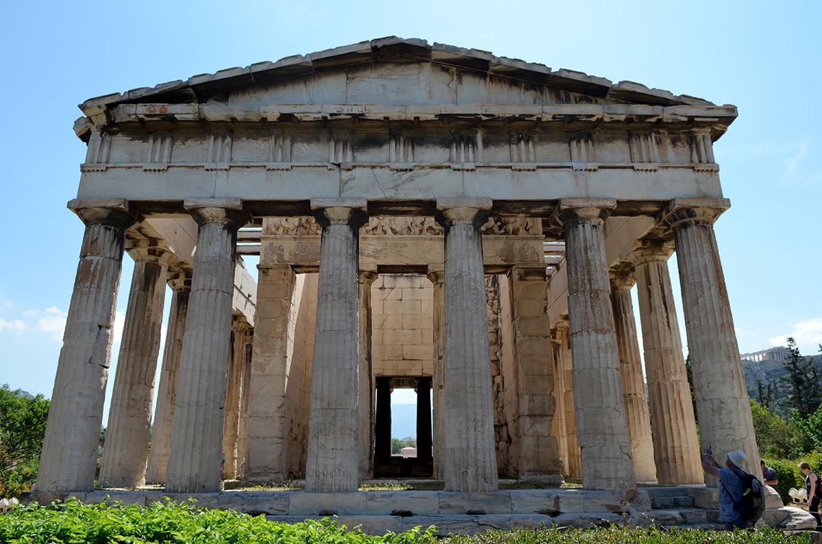 При осмотре храма Гефеста с западного фасада открывается частичный обзор внутреннего содержимого святилища.