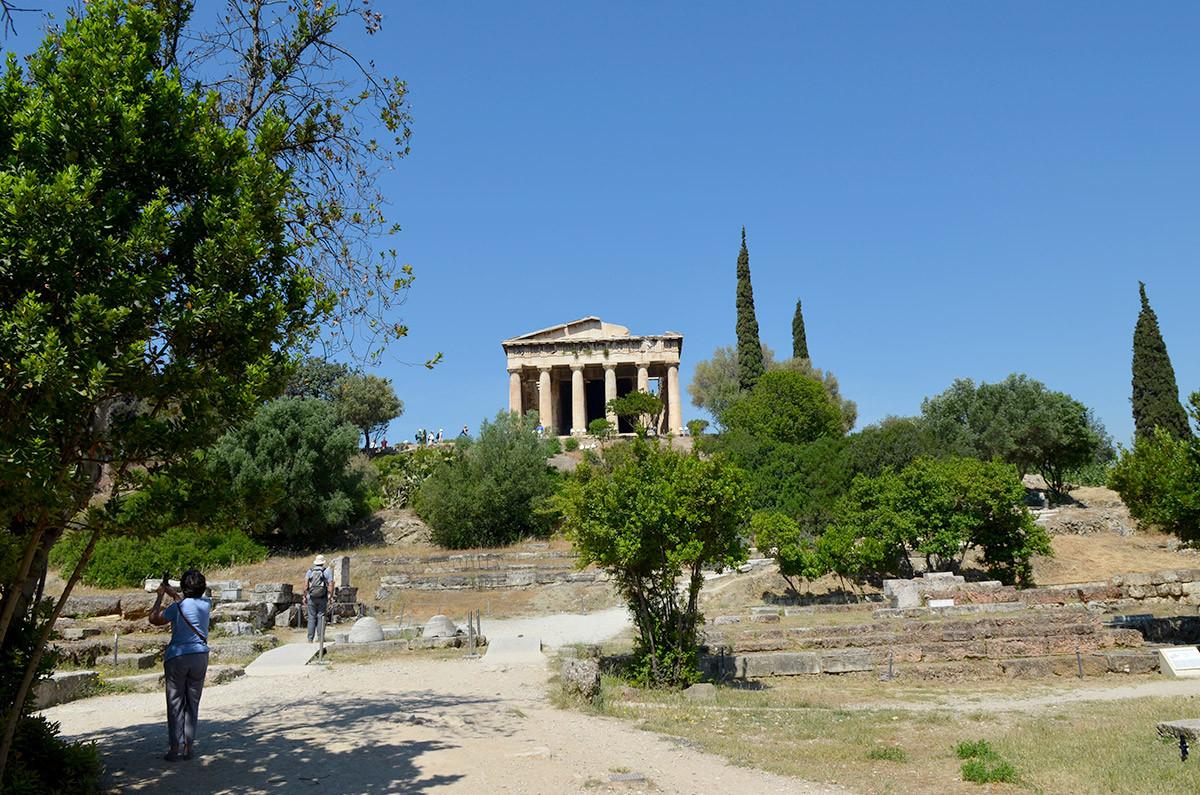 На фоне законсервированных раскопок афинской Агоры находящийся выше храм Гефеста смотрится очень эффектно.