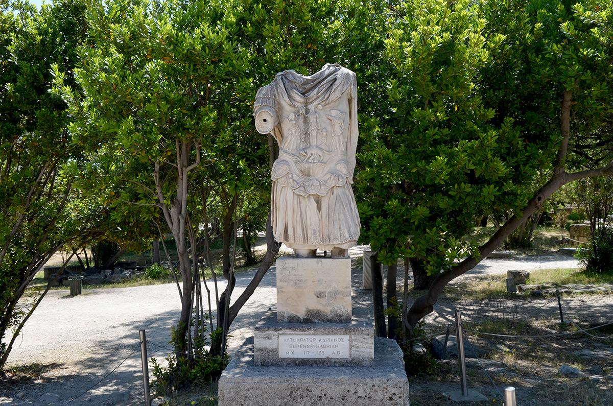 Называемая Нереидой одетая женская фигура без головы ранее, как предполагают археологи, украшала храм Гефеста.