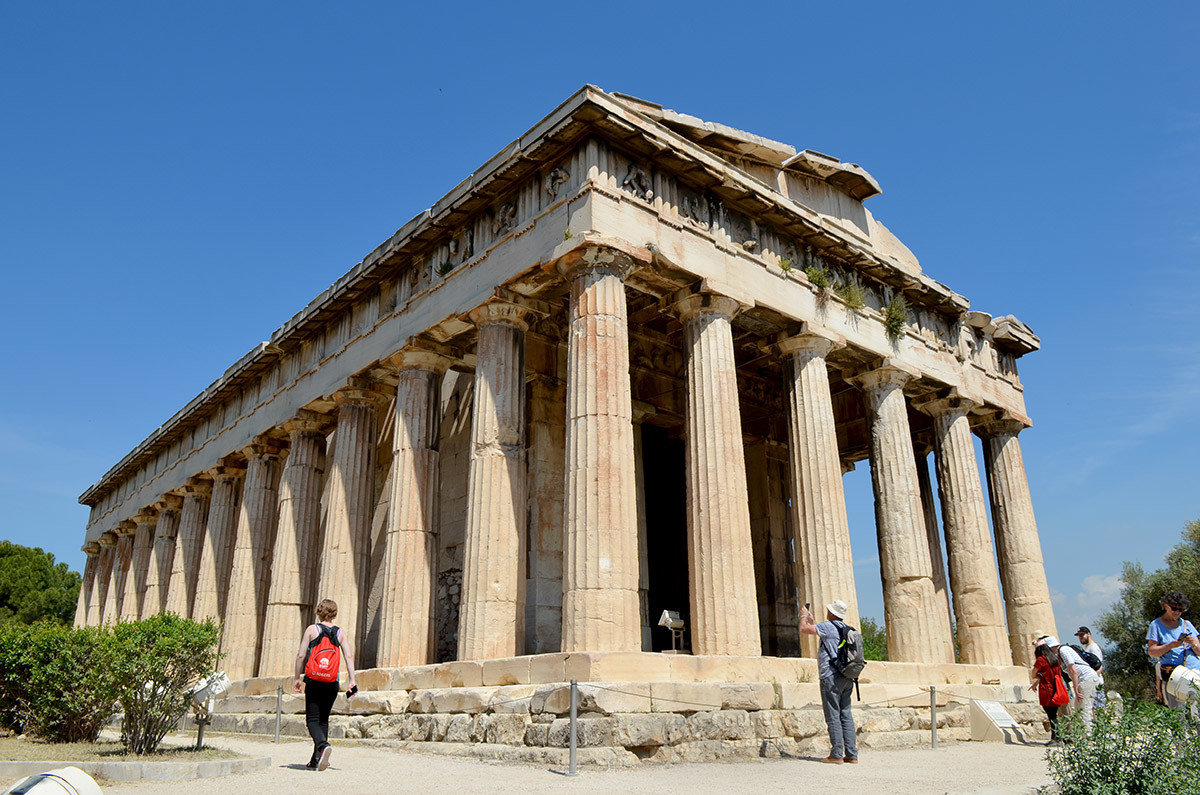 Восточный фасад и южная стена храма Гефеста освещены Солнцем, что привлекает любителей фотографировать древности.