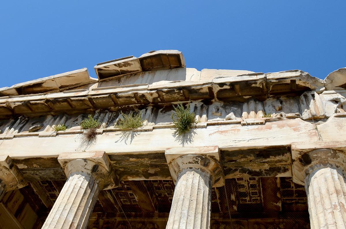 Храм Гефеста с обеих торцов имеет треугольные фронтоны на балках портиков, покоящихся на капителях дорических колонн.