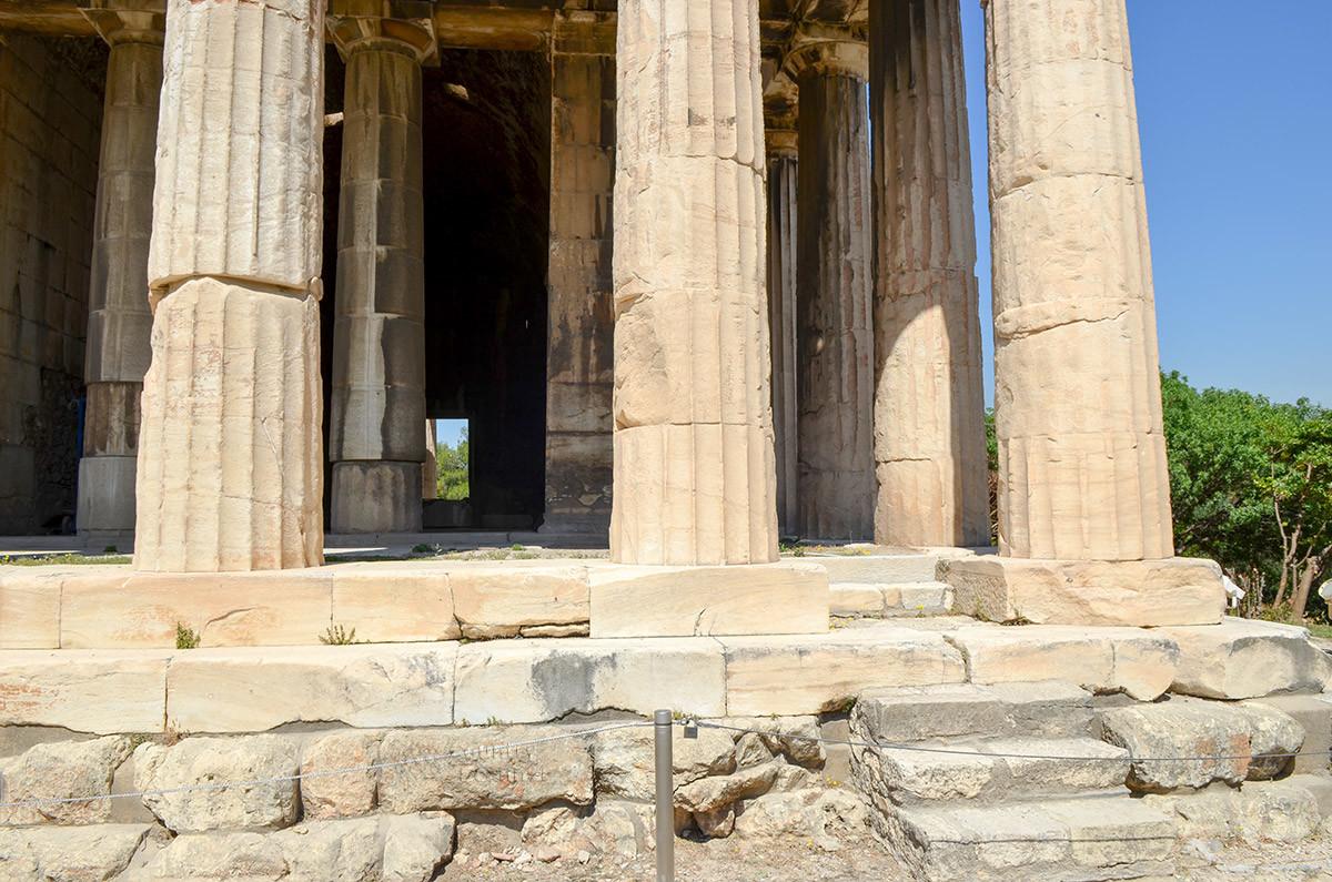 Дорические колонны храма Гефеста, что характерно для этого ордера, не имеют опорной базы и стоят прямо на плитах основания.