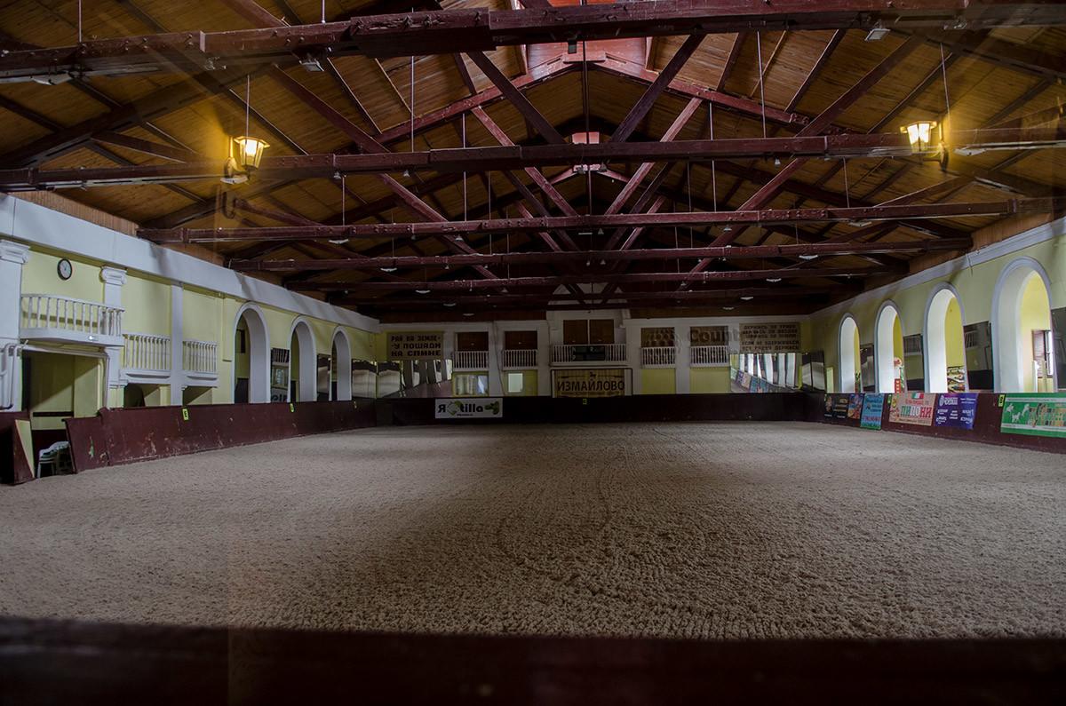Свои главные мероприятия конно-спортивная школа в Измайлово проводит в своем главном, парадного вида манеже.