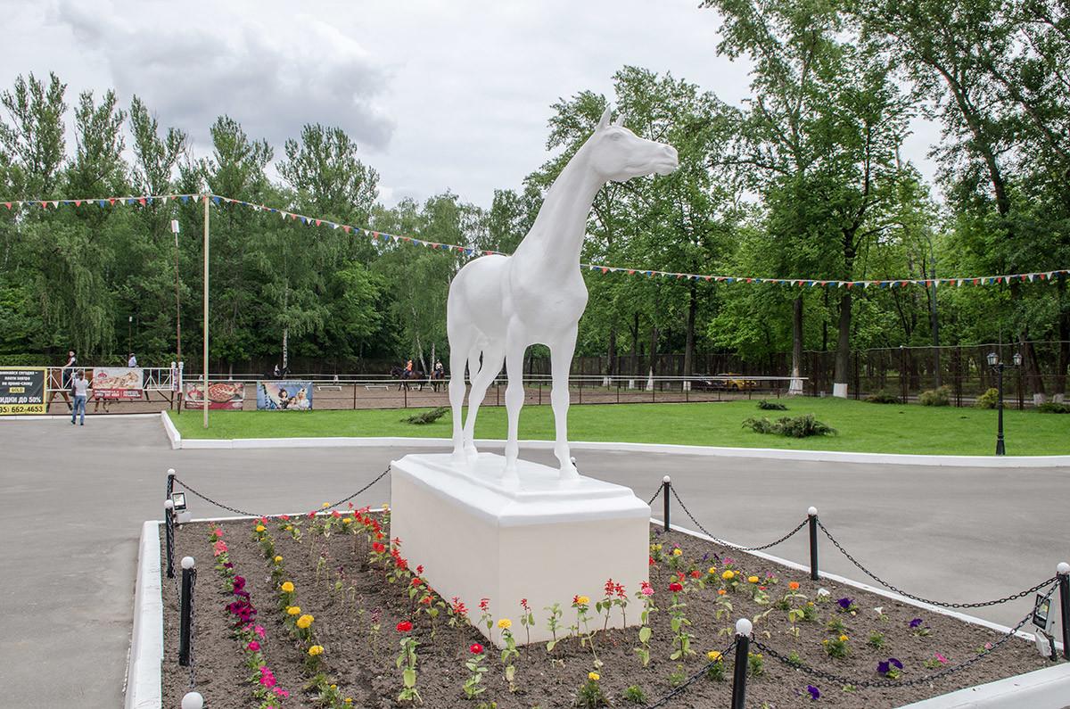 Напротив входа в конно-спортивную школу установлена на пьедестале скульптура лошади – древнейшего спутника человека.