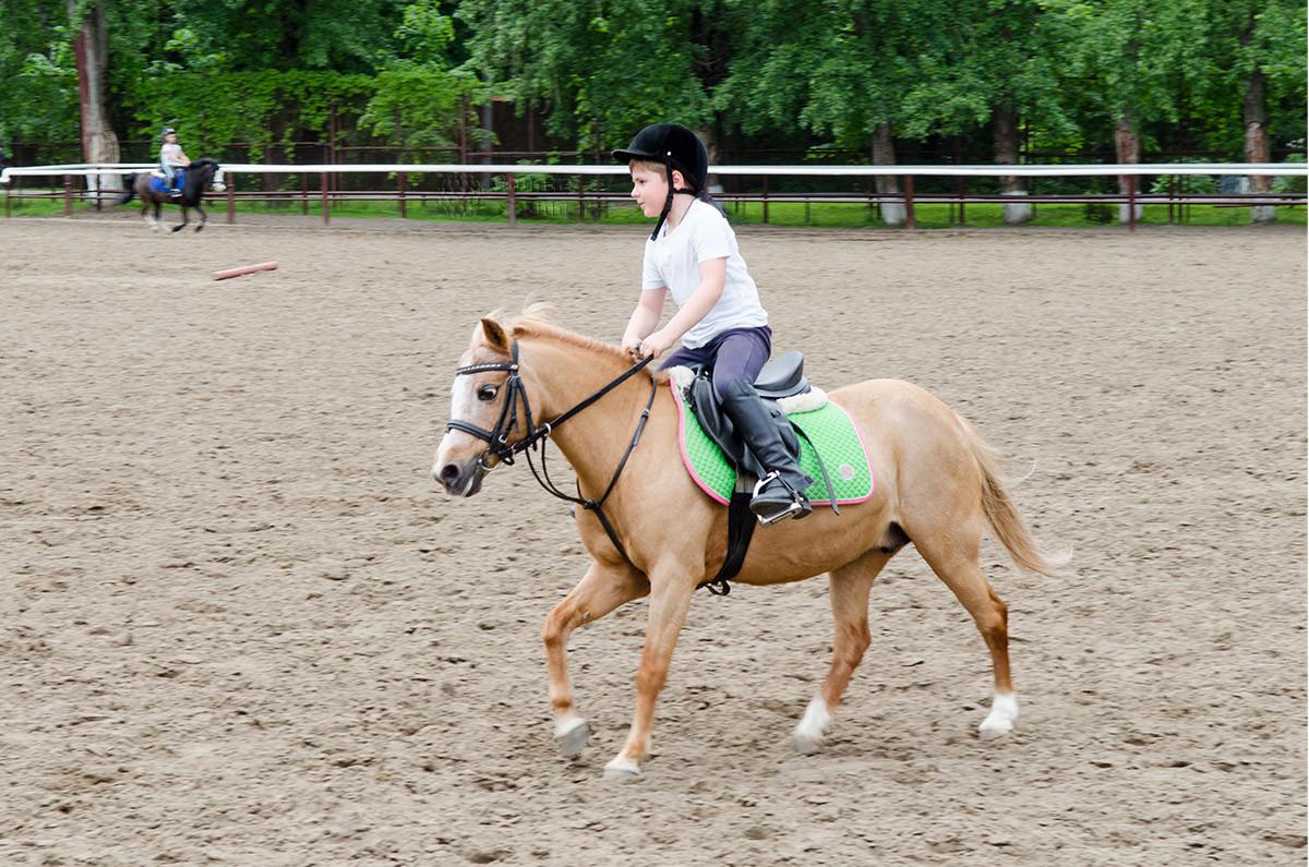 Мальчик на пони в конно-спортивной школе Измайлово
