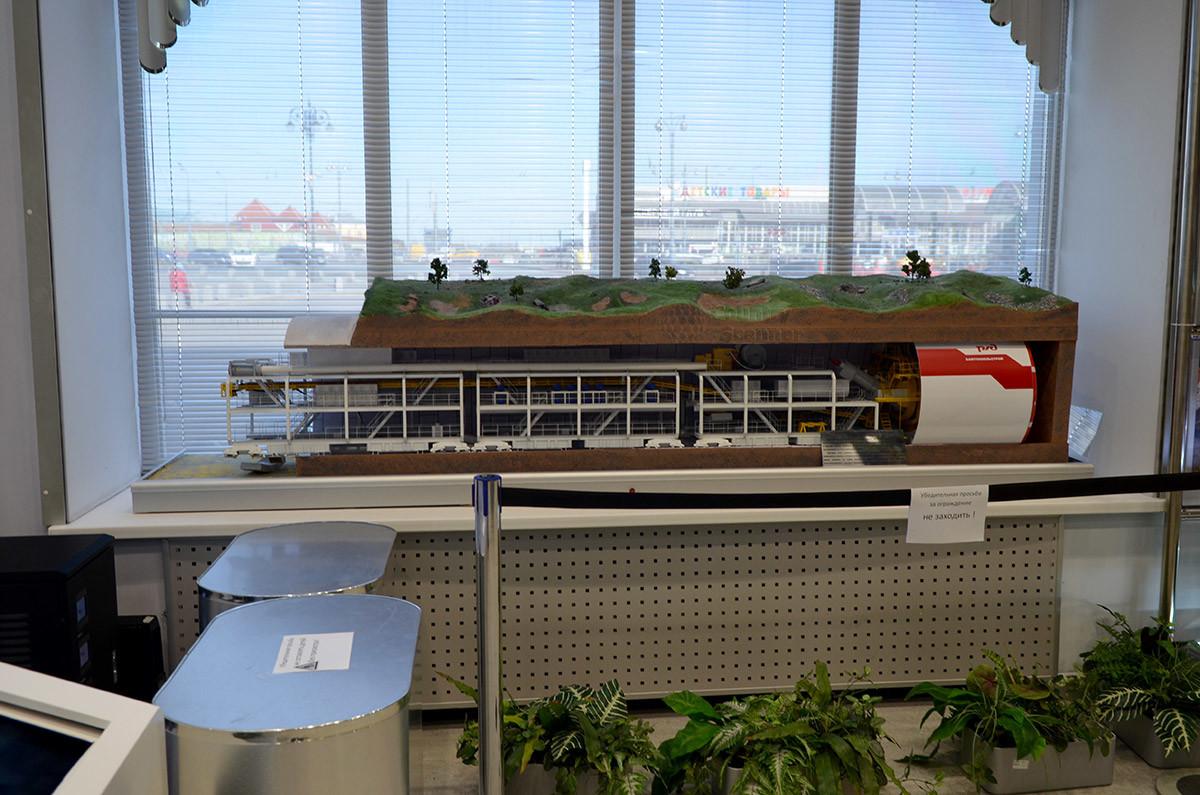 Проходческий комбайн для строительства тоннелей в скалах – один из любопытных экспонатов макета железной дороги в Москве.
