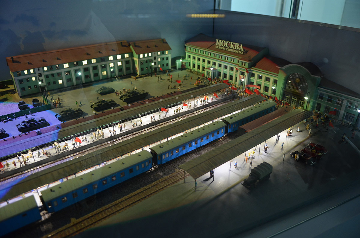 Макет железной дороги в Москве в составе военной экспозиции подчеркивает стратегическое значение рельсовых магистралей.