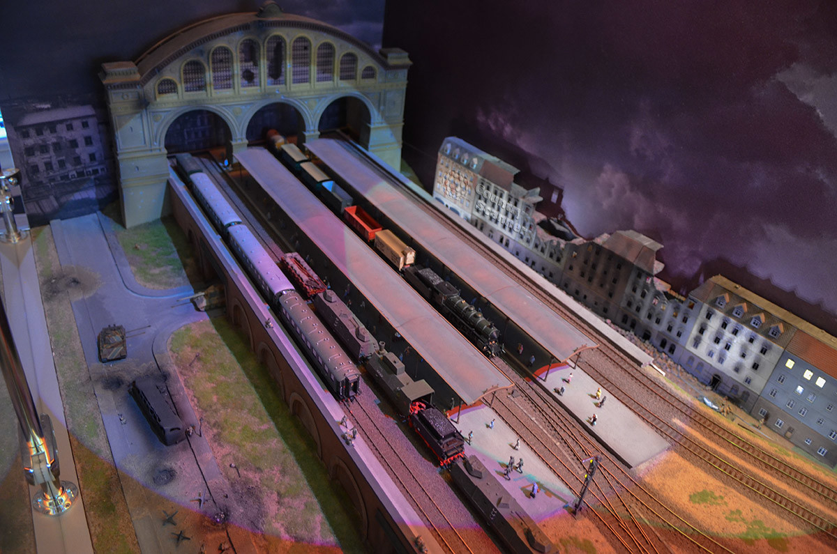 Большим количеством разрушений вокруг вокзалов макет железной дороги в Москве подчеркивает их стратегическую ценность.