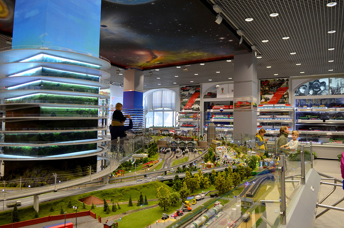 Самый крупный действующий макет железной дороги в Москве расположен в здании напротив Рижского вокзала столицы.