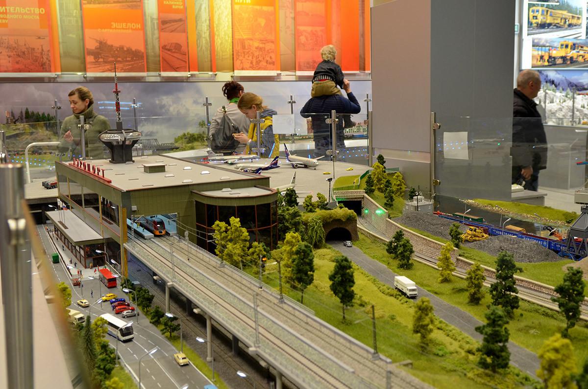 Макет железной дороги в Москве показывает не только рельсовые магистрали и ж/д воклалы, но и другие объекты, обслуживаемые ж/д транспортом.