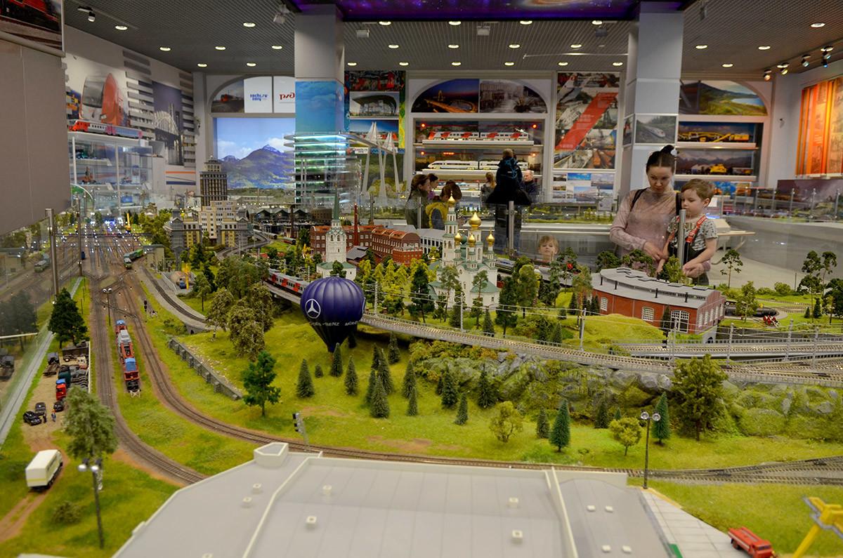 Не только пределами населенных пунктов ограничена экспозиция макета железной дороги в Москве, захватывается и пригород.