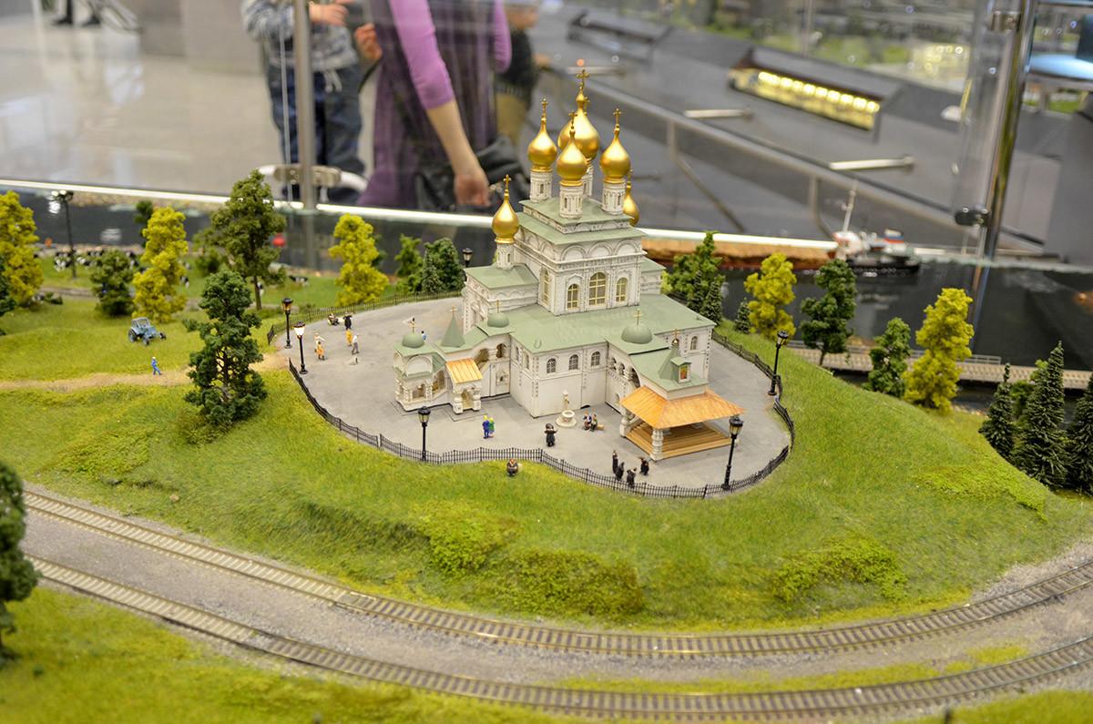 Одна из лучших миниатюр, которыми располагает макет железной дороги в Москве, - модель православного храма на возвышенности.