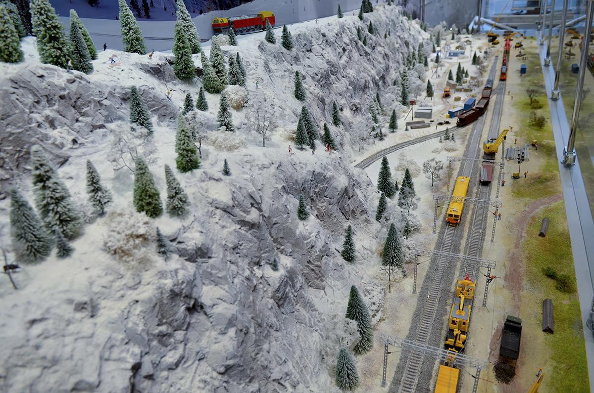 Демонстрирует макет железной дороги в Москве и зимние условия эксплуатацию железных дорог, и технику для ликвидации снежных заносов.