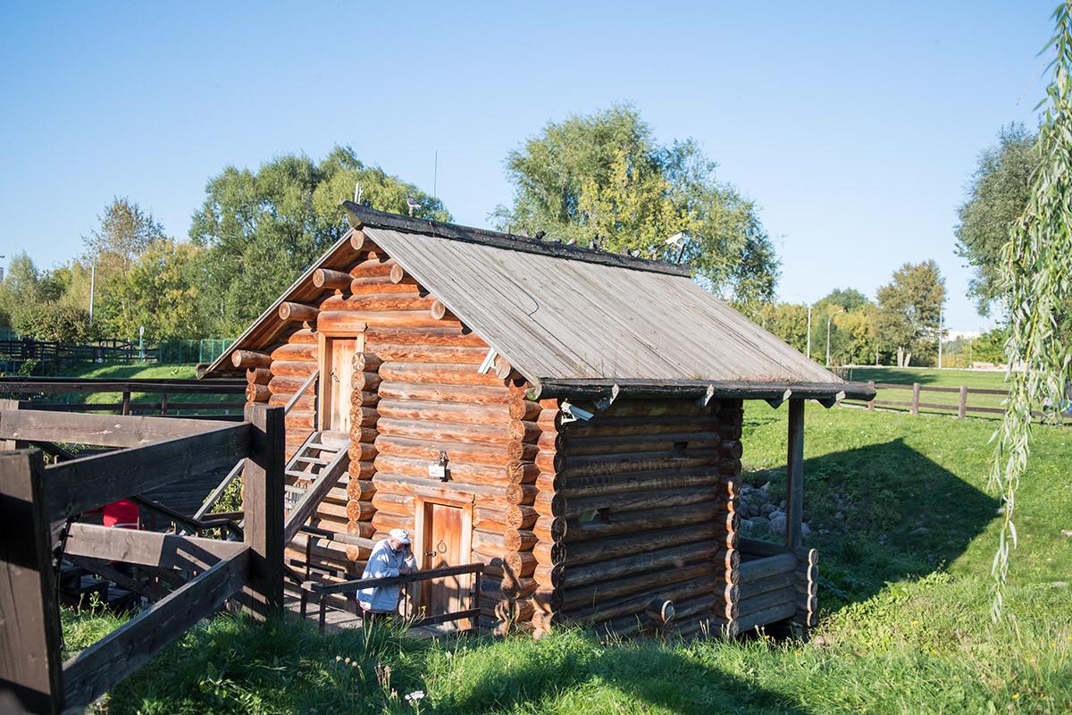 Мельница на реке Жуже состоит из помещений двух ярусов, которые доступны через нижние и верхние двери торцевой стены.