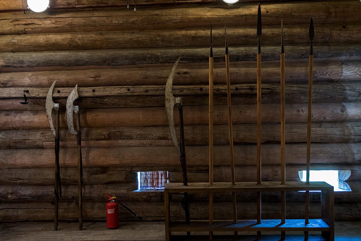 Арсенал защитников Моховой башни Сумского острога включал режущие и колющие орудия - секиры и копья.