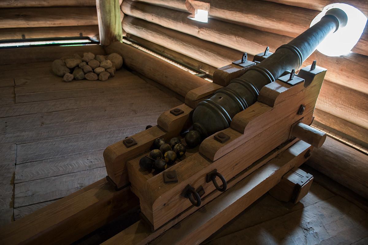 Пушки в Моховой башне Сумского острога устанавливались на деревянных лафетах, отверстия в бревнах стен делали на соответствующем уровне.