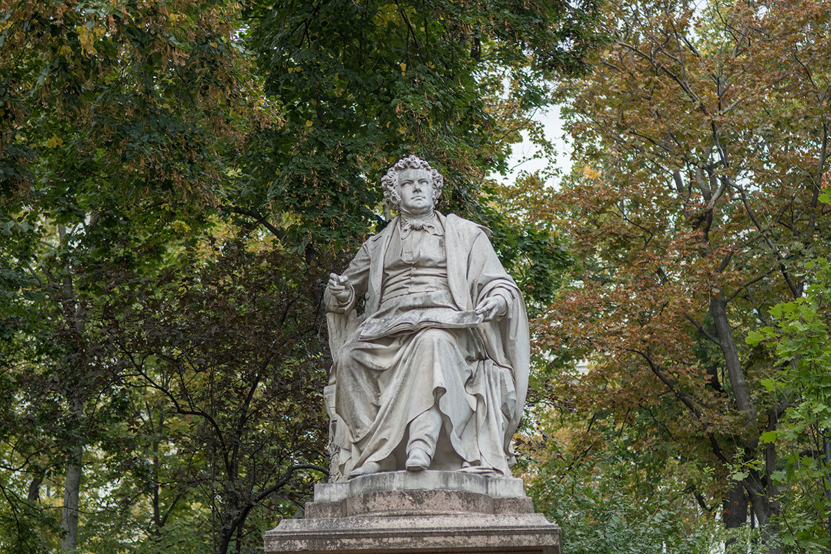 Композитор изображен сидящим, в момент творческого озарения, которое памятник Шуберту запечатлел для потомков.