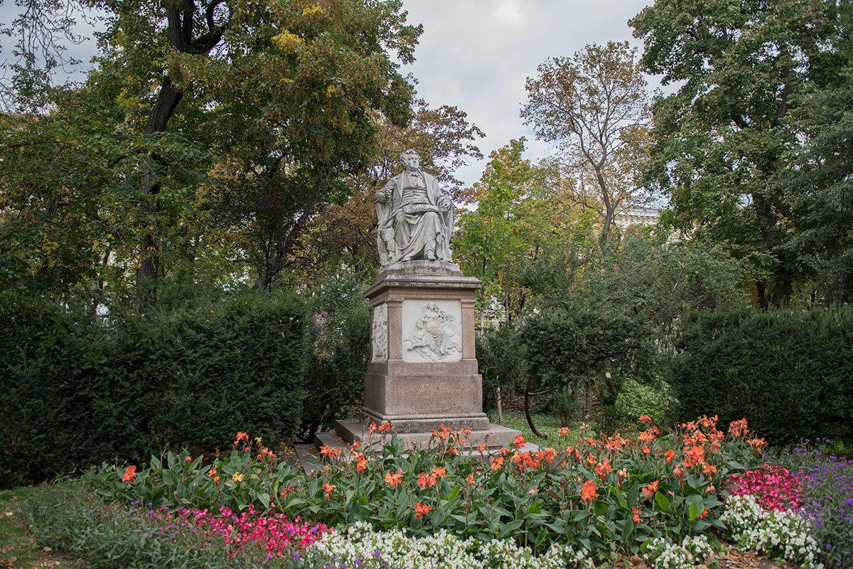 Великолепный цветник, окружающий памятник Шуберту, засажен различными долго цветущими растениями.