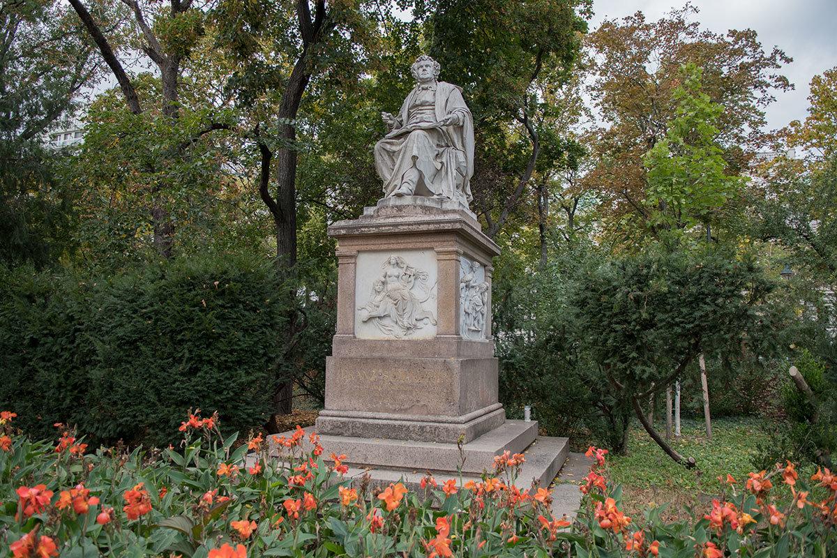 На мраморном пьедестале размещены украшающие памятник Шуберту барельефы с аллегорическими фигурами.