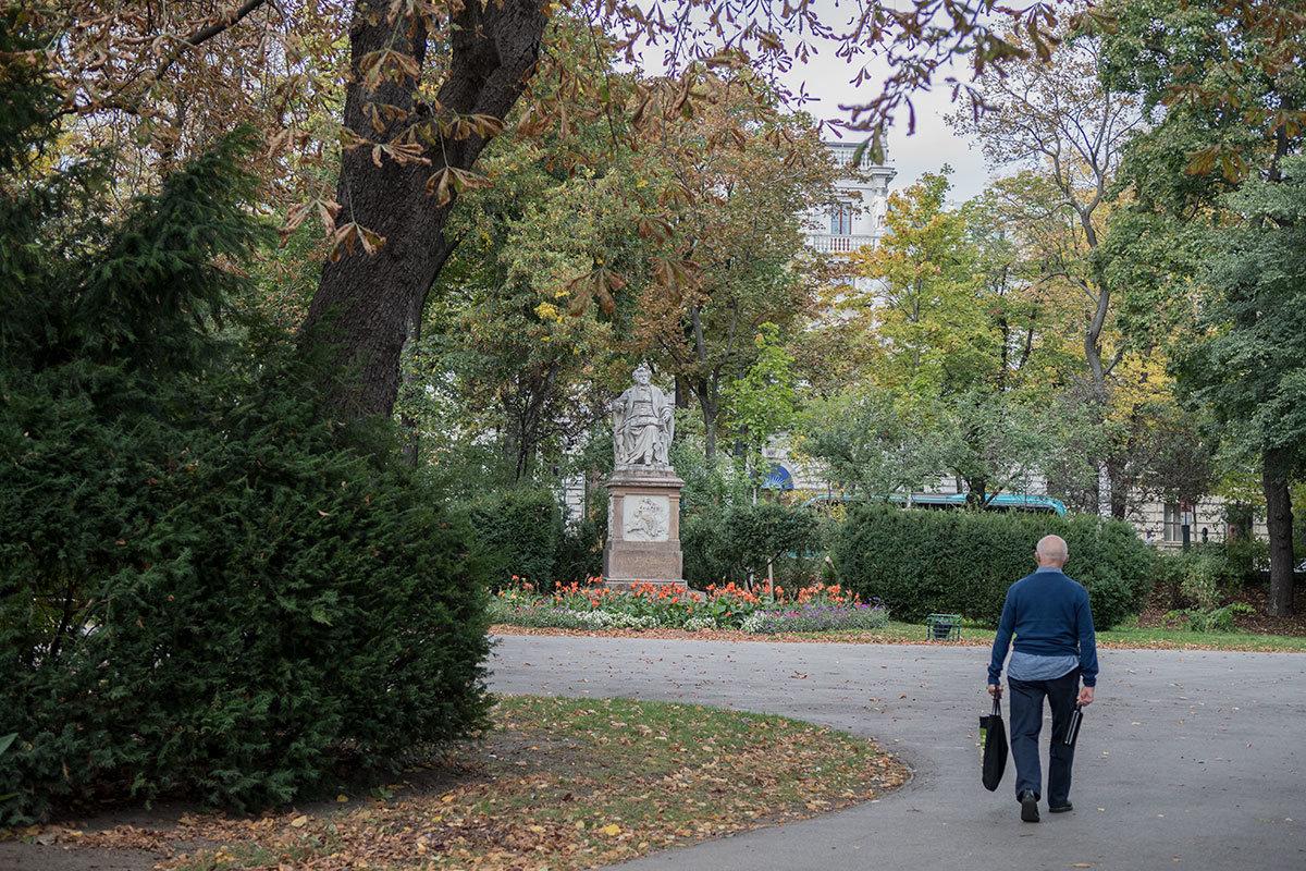 Памятник Шуберту находится в северной части городского парка Вены, ограниченной одной из улиц австрийской столицы.