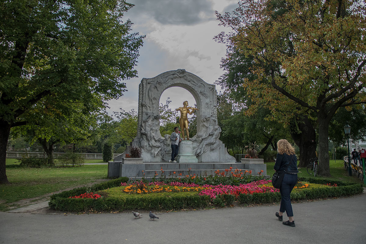 Среди посетителей городского парка Вены памятник Штраусу – излюбленное место для выполнения памятных фото.