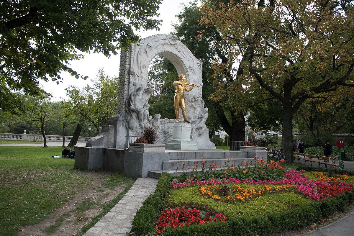 Памятник Штраусу в главном парке австрийской столицы – солидное по размерам сооружение, и фигура скрипача смотрится словно на большой сцене.
