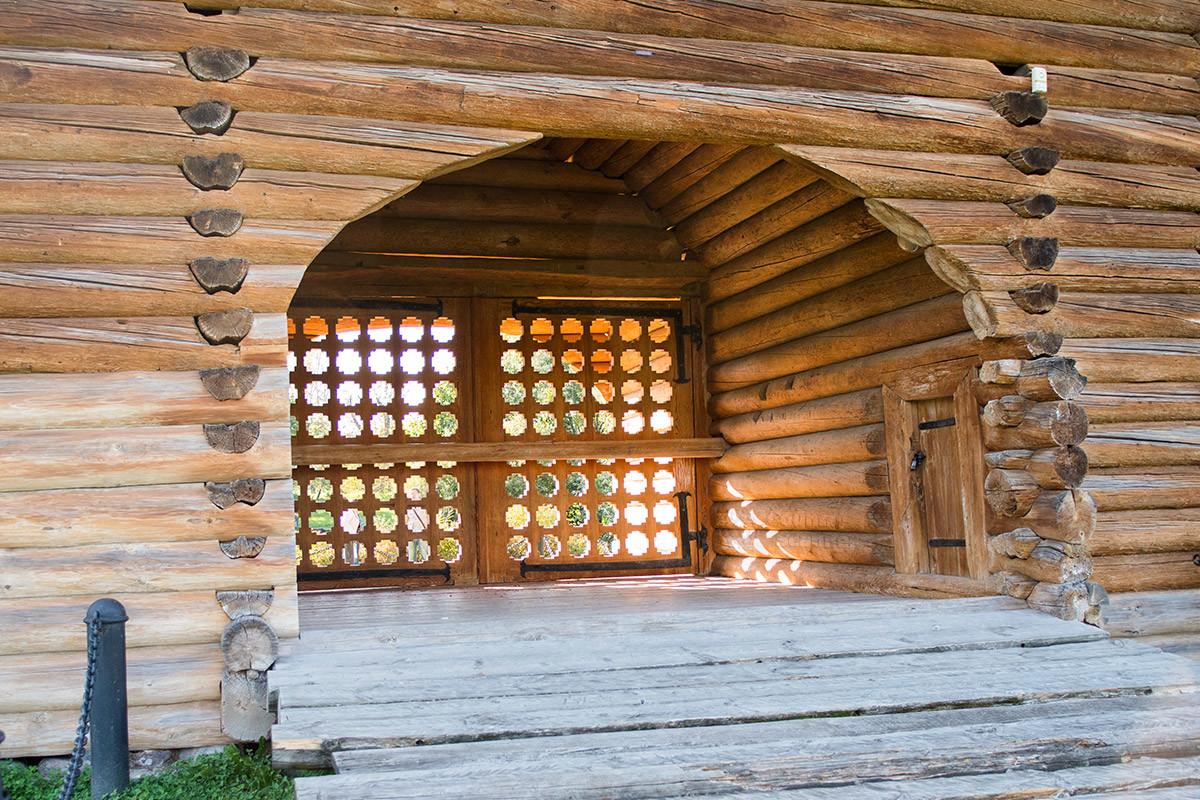 При входе в проездные ворота Николо-Корельского монастыря сомнений в подлинности материалов не возникает, кроме ажурной решетки.